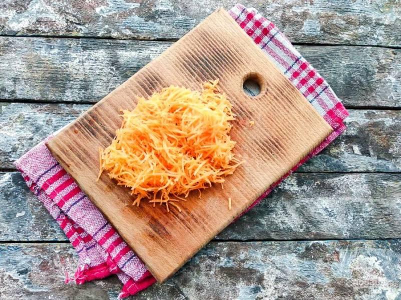 Морковь хорошо помойте, почистите и натрите на мелкой или средней терке.