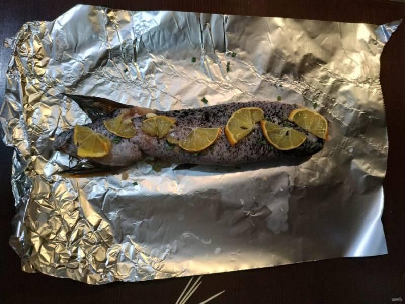 Заверните рыбку в фольгу, плотно прижав со всех сторон. Отправьте в разогретую до 180 градусов духовку на 45 минут.