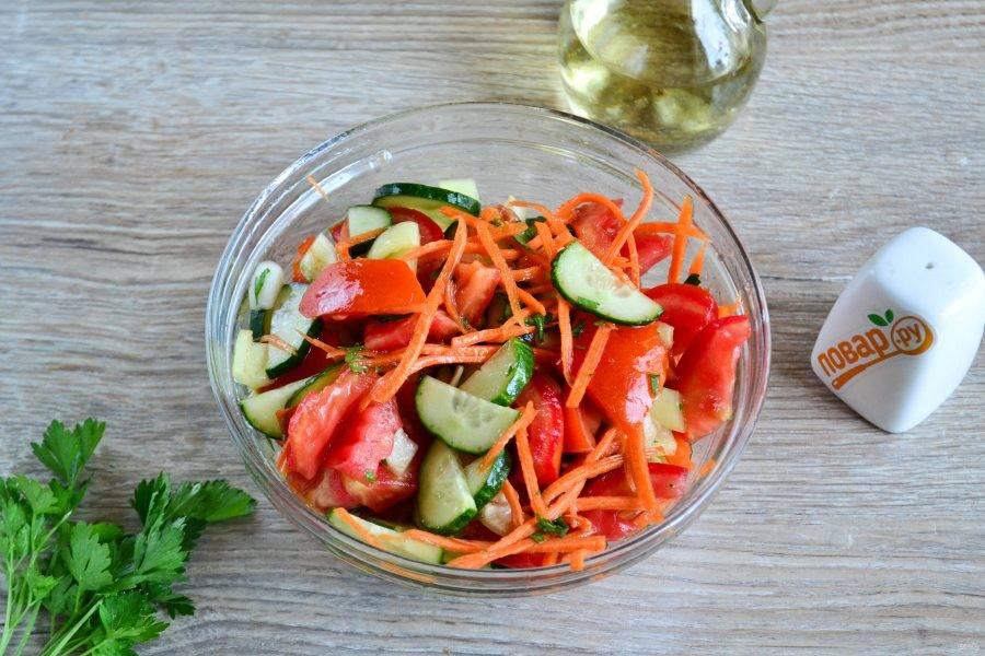 Все перемешайте и можно подавать, но я бы посоветовала все же дать постоять салату минут 10, чтобы овощи пустили тот самый сок.