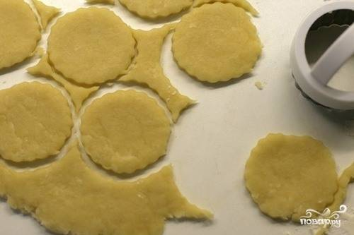 Из остатков теста сформируйте комок, затем снова раскатайте его в пласт. Вырежьте из него круглые по форме фигурки при помощи специальных приспособлений или же используя обыкновенную рюмку. Фигурки отправьте в холодильник.