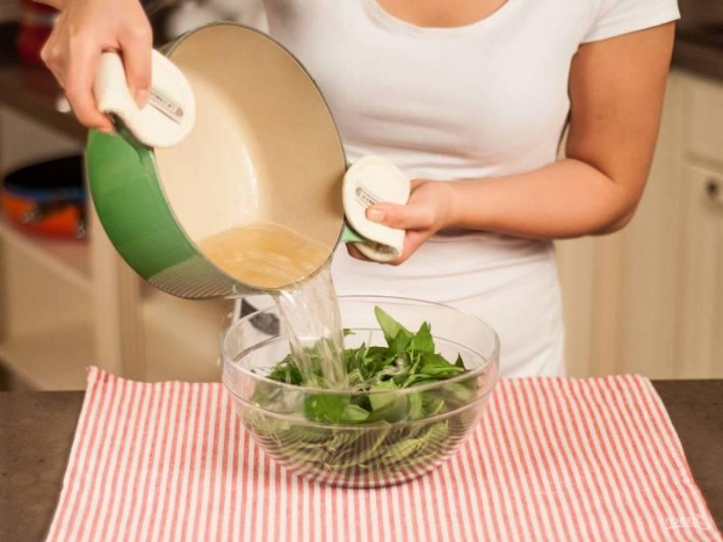 2.Мою и крупно нарезаю листья базилика, эстрагона, помещаю все в миску. Заливаю зелень кипящим сахарным сиропом, и оставляю до остывания.