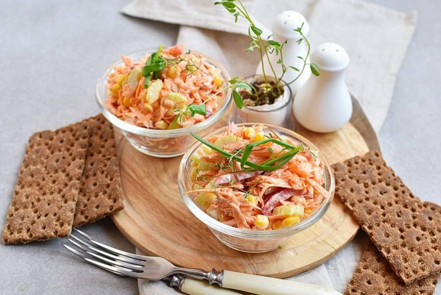 Отлично дополнят салат хрустящие цельнозерновые хлебцы. Приятного аппетита!