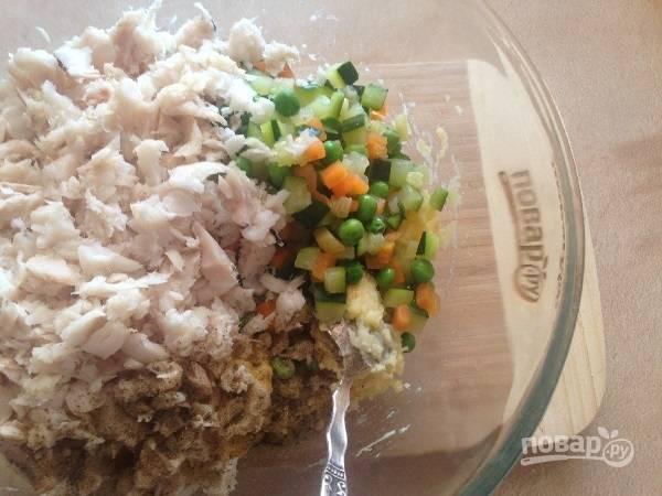 7. Добавим мелко нарезанный зеленый (или репчатый) лук, овощи и измельченную рыбу.