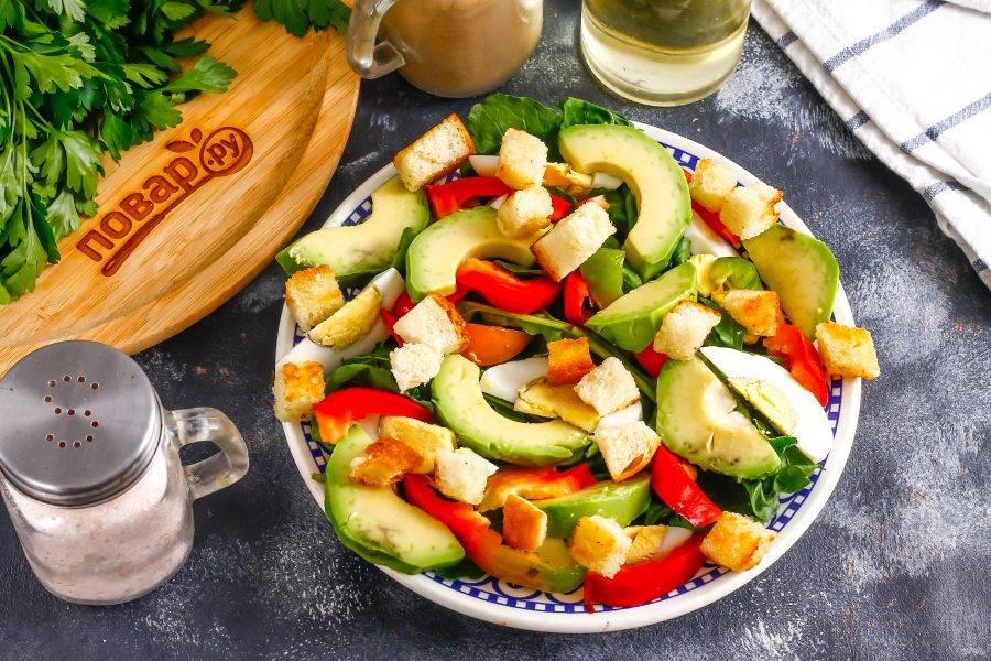 Выложите сверху на салат сухарики любого вкуса.