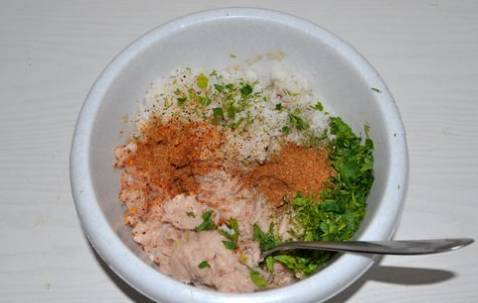 В первую очередь отварим рис до готовности. Рыбное филе пропускаем через мясорубку, затем добавляем приправу, измельченную зелень, луковицу и готовый рис.