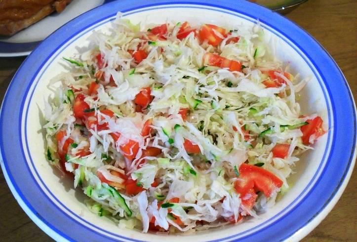 Помидор нарезаем мелко и добавляем к остальным овощам, перемешиваем все.
