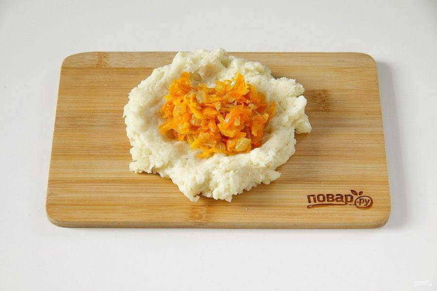 Замесите мягкое тесто и из получившейся картофельной массы сформируйте поочередно лепешки. Положите в центр начинку.