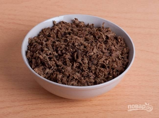 3.Остывшую печень натираю на крупной терке или нарезаю мелко острым ножом.