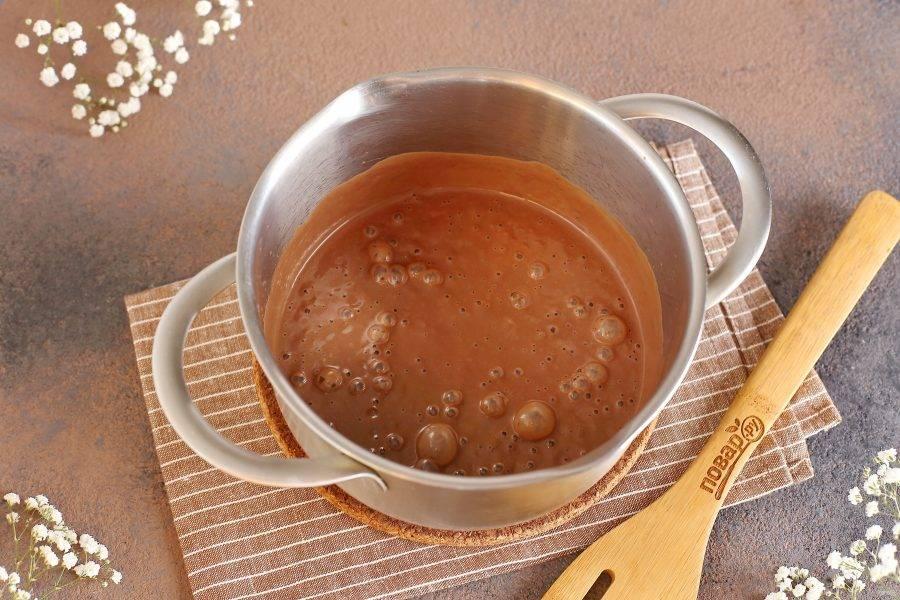 Уберите емкость в холодильник на несколько часов до полного охлаждения. Можно сразу разложить мусс по креманкам или стаканам и охладить прямо в них.