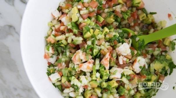 4.Заправляю блюдо оливковым маслом и добавляю пару капель табаско, перемешиваю.