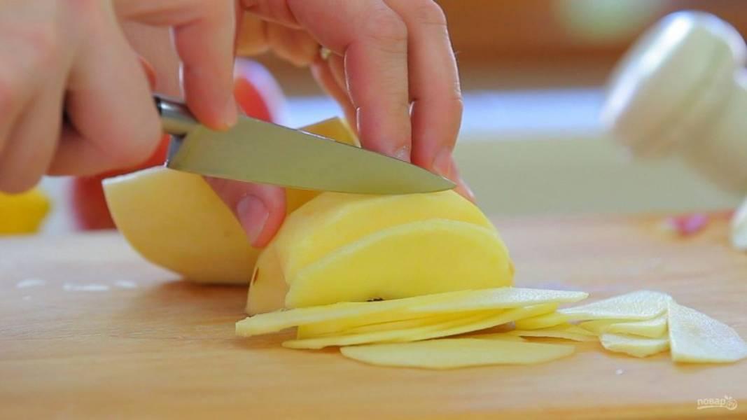 1. Половину яблок очистите и нарежьте тонкими дольками. Сбрызните их соком лимона, чтобы они не испортились.