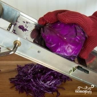 На той же терке натираем половину кочана красной капусты.
