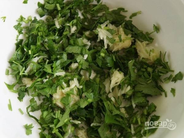 2. Вымойте и обсушите зелень, измельчите. Добавьте пропущенный через пресс чеснок. Очистите сладкий перец и нарежьте тонкими ломтиками. Такими же полосочками порежьте сыр.