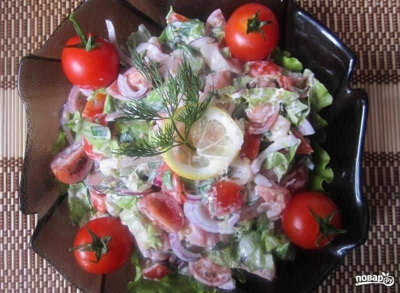 3.В тарелку выкладываю соус и перемешиваю, украшаю салат целыми помидорами, долькой лимончика и зеленью. Приятного аппетита!