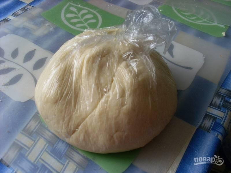 Переложите тесто в пищевую плёнку или пакет. Уберите его на 1-2 часа в морозильник.