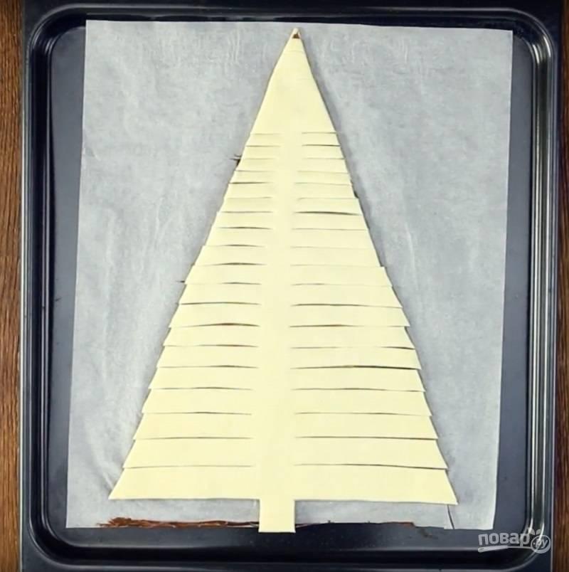 6.Вырезаю елочку: внизу вырезаю столб, а по краям делаю надрезы через каждые 2 сантиметра, вверху (на макушке) немного не дорезаю.