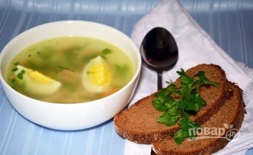 Теперь соберите суп. В каждую тарелку положите макароны, залейте их бульоном, а сверху уложите четвертинки яйца. Приятного аппетита!