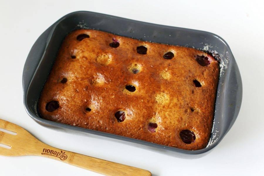 Сметанный пирог со сливами готов. Слега остудите его, затем нарежьте на порции и подавайте к столу.
