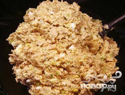 1. Заблаговременно приготовьте классический салат из консервы тунца или любой другой жирной морской рыбы. Для этого рыбу перемешайте с измельченным луком, вареным яйцом, тертым сыром и заправьте майонезом.