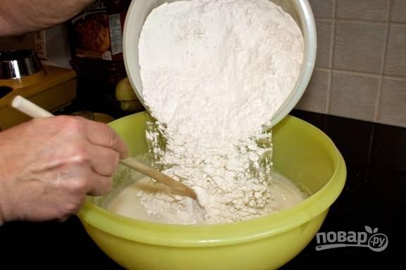 6.Пересыпьте мучную смесь в миску к жидким ингредиентам.