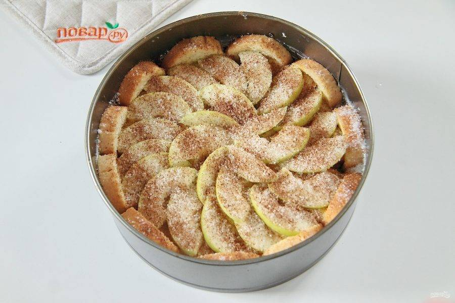 7. Разложите оставшиеся дольки яблок и снова посыпьте сахаром и корицей. Запекайте при 180 градусах около часа.