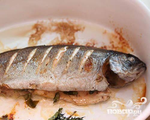 5.Когда рыба будет готова, базилик вынимаем, и перекладываем форель на тарелку. Можем подавать.