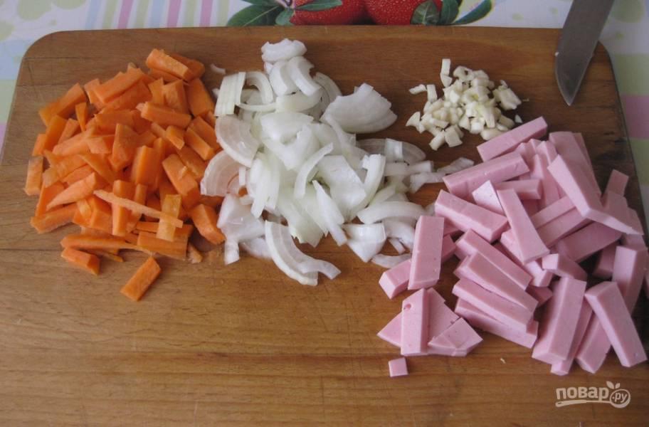 2. Тем временем нарезаем мелко все ингредиенты.