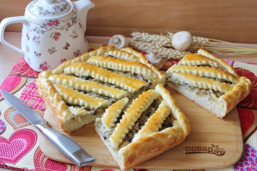 Готовый пирог достаньте из формы, нарежьте и подавайте к столу.