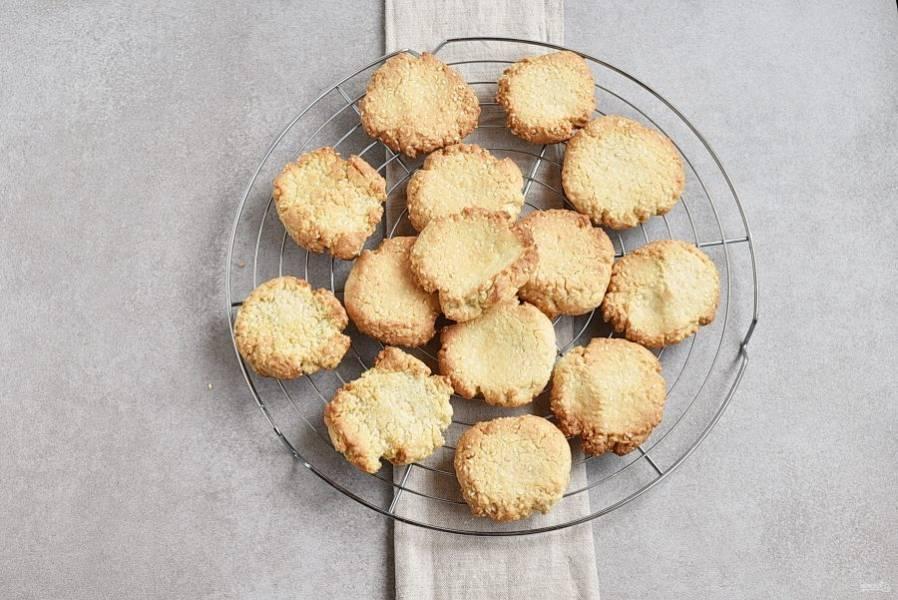Остудите печенье на решетке, чтобы оно осталось хрустящим.