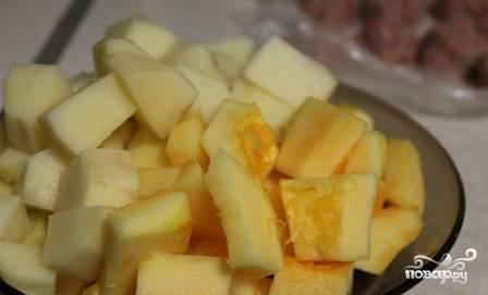 Очистим картошку, кабачок и тыкву. Нарежем все кубиками.