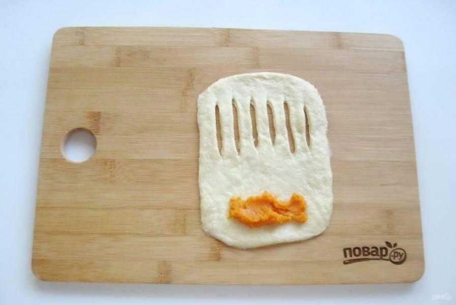 Второй вариант булочек. Раскатайте лепешку, сделайте надрезы и выложите начинку.