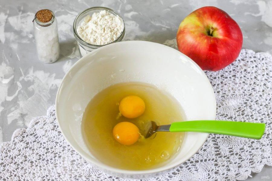 Вбейте в емкость пару мелких куриных яиц или одно крупное. Тщательно взбейте.
