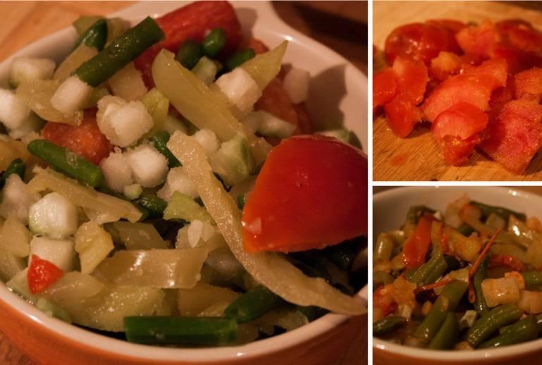 Черри промойте разрежьте на половинки. Снять с огня сковороду с замороженными овощами.