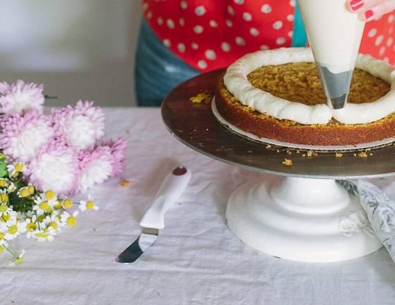 2. Приготовьте крем. Сливочному крему можно найти альтернативу - шоколадный крем, на основе сгущенки или рикотты, например. Используйте в рецепте приготовления бисквитного торта с фруктовой начинкой тот крем, который вам по душе. Выложите его на половину коржа, аккуратно распределите.
