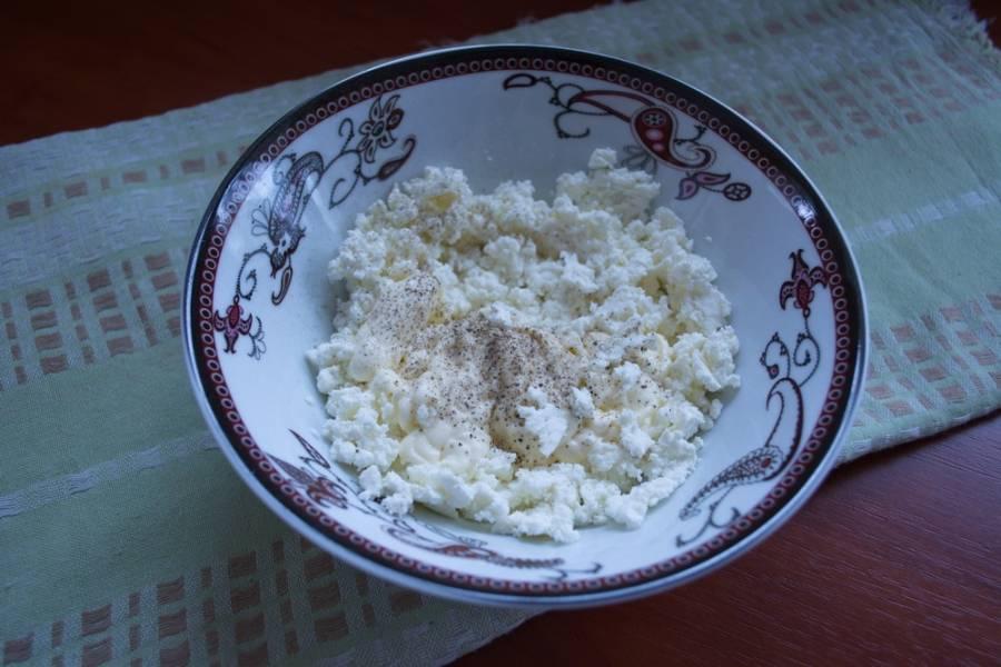В миске смешайте протертый на мелком сите творог, соль, перец, небольшую часть майонеза.