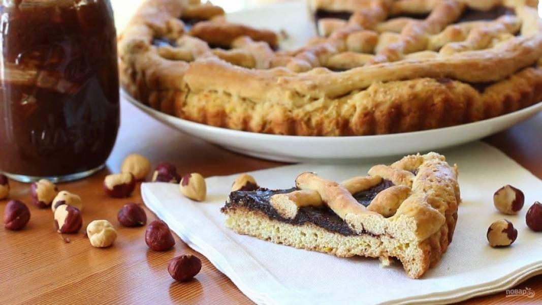 7. Запекайте пирог при 200 градусах в течение 30 минут в духовке. Подавайте выпечку, когда она немного остынет. Приятного чаепития!