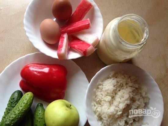 Для салата заранее отварим рис и яйца. Рис я использую пропаренный, варю его в большом количестве воды, а потом просто откидываю на дуршлаг.