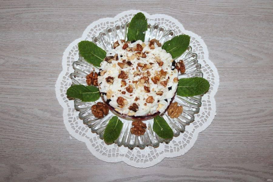 Украсьте салат листиками мяты.