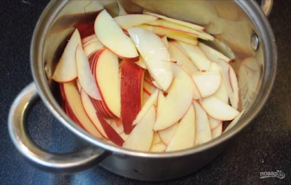 4. Нарежьте яблоки тонкими пластинками, перемешайте их с сахаром, залейте небольшим количеством лимонного сока и добавьте палочку корицу. Добавьте воду и поставьте на огонь. Кипятите яблоки примерно 5 минут, но осторожно, чтобы яблоки не разварились.