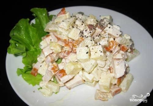 Перемешиваем наш салатик, отправляем в холодильник на час, чтобы он настоялся и стал ароматнее. Подавать его можно на свежем листе салата. Ну очень вкусное блюдо получается, хотя все банально и просто в приготовлении, ничего не надо ни варить, ни жарить. Рекомендовано к празднику!