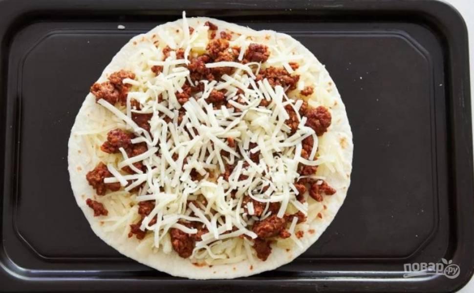 4.Снова добавьте тонкий слой тертого сыра.