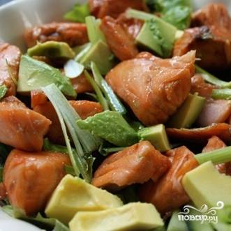 4. Салат с жареным лососем подавайте порционно или в салатнице. Приятного аппетита!