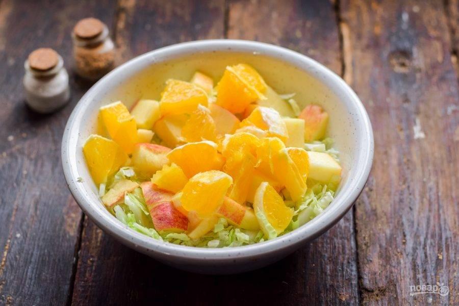 Апельсин очистите и нарежьте кубиками, добавьте ко всем ингредиентам.