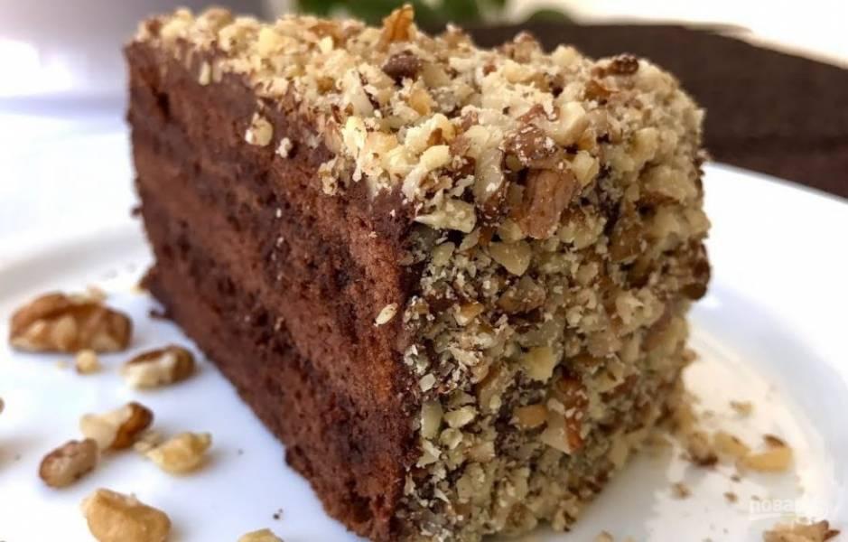 6. Смажьте торт кремом и присыпьте его орехами. Уберите торт в холодильник на ночь. За час до подачи выставьте торт из холодильника. Приятного аппетита!