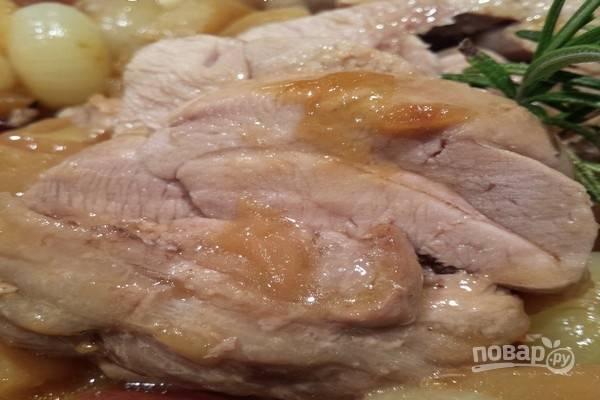 Верните мясо в сковороду, перемешайте с соусом и прогрейте в течение 2-3 минут. Выключите огонь и дайте блюду постоять под крышкой несколько минут.