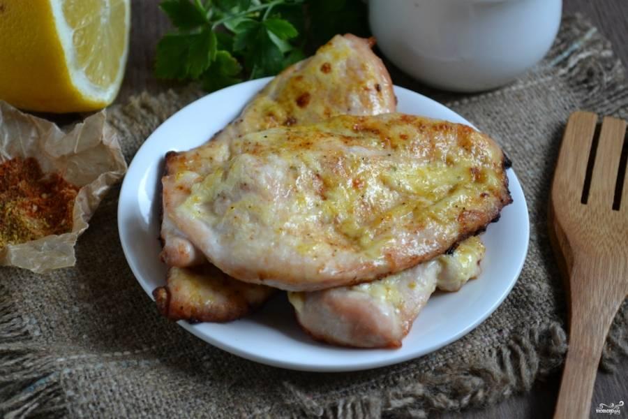 Выложите куриные стейки на противень, смазанный маслом, запекайте их в духовке на протяжении 15-20 минут. Как только на поверхности появится красивый румянец, вынимайте стейки из духовки. Приятного аппетита!