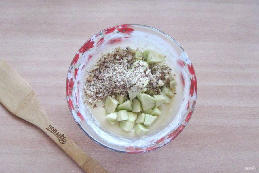 Грецкие орехи измельчите до желаемого размера и тоже добавьте в тесто.