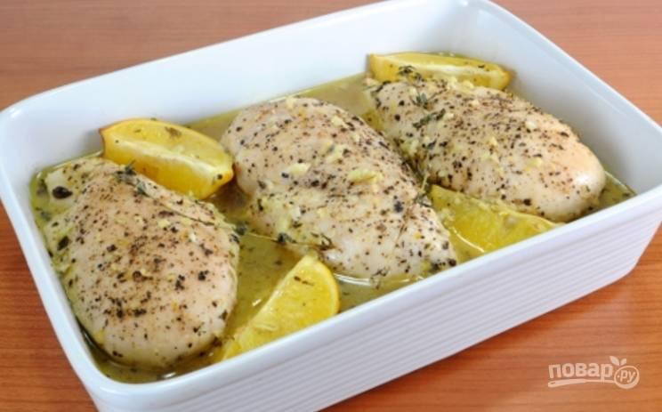 Запекать такую курочку нужно 35-40 минут. После готовности достаньте форму и дайте постоять минут 5, затем подавайте мясо, полив его соусом.