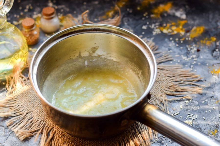 В сотейнике растопите масло и всыпьте муку. Поджарьте муку пару минут.