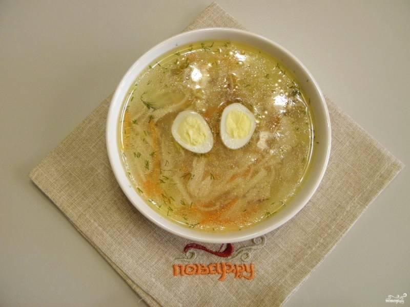Подавайте куриный суп с лапшой с вареными яйцами куриными или перепелиными. Приятного!